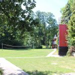 Kletterturm und Volleyballfeld